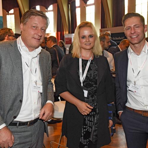 Stefan Krüger und Jan Skrzypczak (beide Gk Software) nehmen Madeleine Bettag (Douglas) in die Mitte