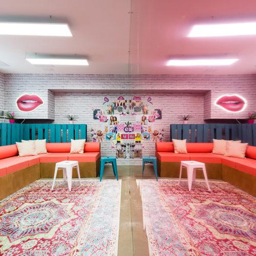 Hier gehts klar um Community und Kommunikation: die große Lounge im Untergeschoss (Foto: Dfrost)