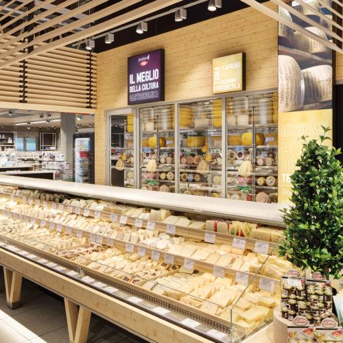 Zentral in der Mitte der Verkaufsfläche umeinander positioniert: die Frischethemen (Foto: Interstore)
