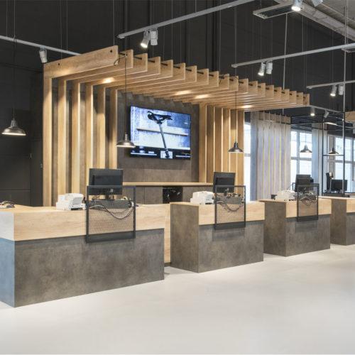 In der Kassenzone fungiert ein dunkler Beton als Design-Basis für die Kassenblöcke und als Hintergrund für den digitalen Bildschirm. (Foto: Martin Kunze, Hamburg)