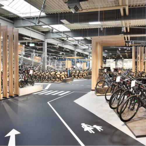 Holzlamellen dominieren das Storedesign. (Foto: Martin Kunze, Hamburg)