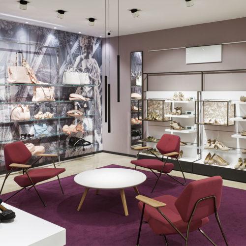 Violett, Mauve und Silbergrau ist die Farbwahl der anspruchsvollen Damenschuh-Abteilung.