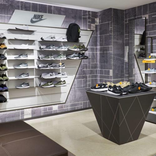 Cooles Anthrazit in der Herren-Sneaker-Abteilung