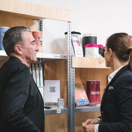 Kleine Preisschilder weisen an den Regalen auf die von den Unternehmerinnen vorgeschlagenen Preise der Produkte hin. (Foto: Million Motions)