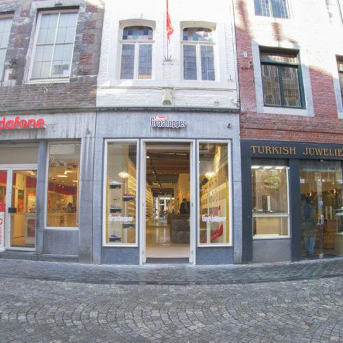 Das komplette Lager befindet sich in der ersten Etage. Der Store in einem Gebäude aus dem Jahr 1851, dessen alte Substanz in die Innenraumgestaltung übernommen wurde, liegt in einer belebten Einkaufsstraße inmitten der Maastrichter Fußgängerzone. Realisiert hat ihn das Label mit dem niederländischen Architekten Bert Koelman. (Foto: Grashopper)