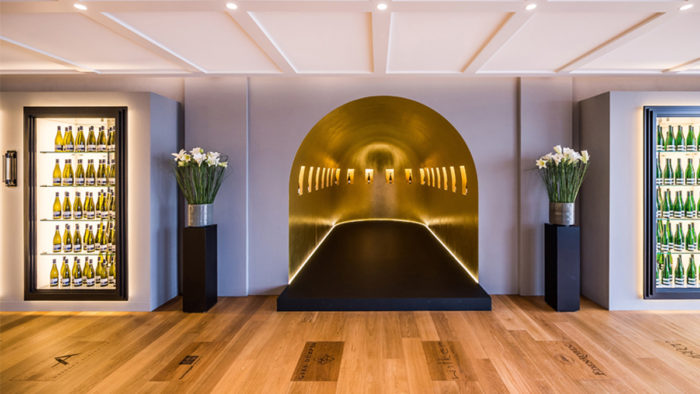 In der Landauer Vinothek Par Terre wird Wein wie in einer Galerie in strahlend goldenen Wandnischen präsentiert. Das Designkonzept stammt aus dem Design Lab des Modedesigners Michael Michalsky. (Foto: Caparol/Marcus Zumbansen)
