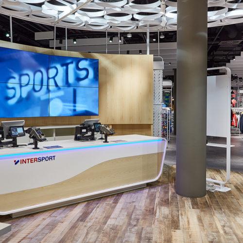 """Blickfang in der Storemitte: Der """"Pro Place"""" mit neuem Kassen-Design (Foto: Intersport)"""