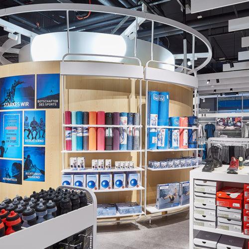 Hinter der Rückwand des Checkouts finden Kunden weitere Produkte. (Foto: Intersport)