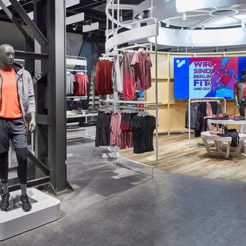 """Der """"Action Place"""" empfängt Kunden alle 2 Wochen in neuem Look – hier im Intersport Voswinkel in Tegel (Foto: Intersport)"""