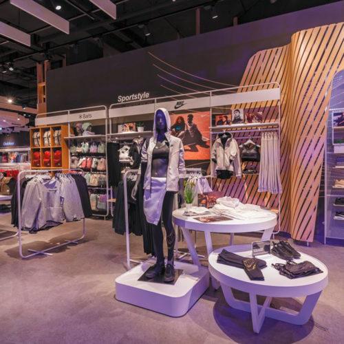 Strukturierter Warenaufbau in neuem Storedesign bei Intersport Voswinkel im Alexa (Foto: Intersport)