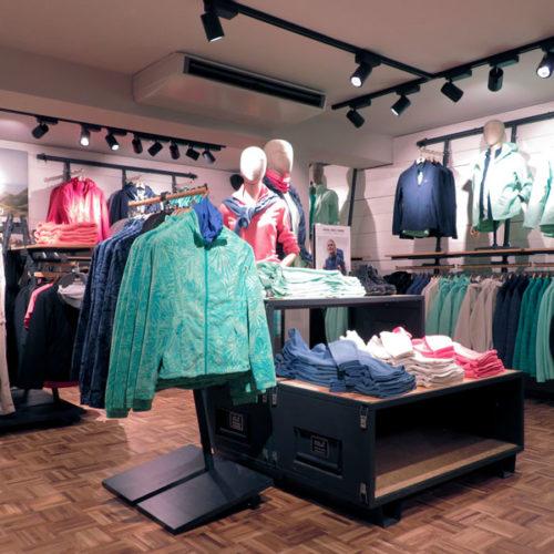 """Auf der Verkaufsfläche von über 120 wird ein erweitertes Sortiment der zwei Produktlinien """"Active Outdoor"""" und """"Everyday Outdoor"""" präsentiert, also sowohl die Kleindung aus hochtechnologischen Funktionsmaterialien als auch die fashion-betonte Linie mit Wetterschutz, jeweils für Damen und Herren, sowie eine Schuh-Auswahl. (Foto: Jack Wolfskin)"""