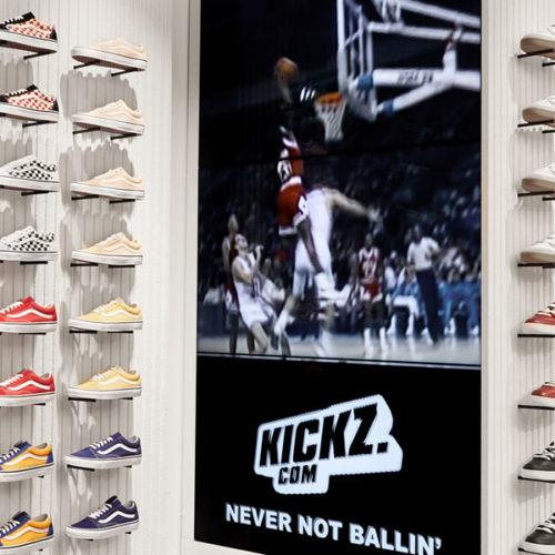 Weitere Akzente im Kickz-Store setzen großformatige Screens, auf denen genre-typische Clips und legendäre Basketball-Highlights zu sehen sind, die den Puls der Basketball-Fangemeinde und -Kunden in die Höhe treiben sollen. (Foto: Kickz)