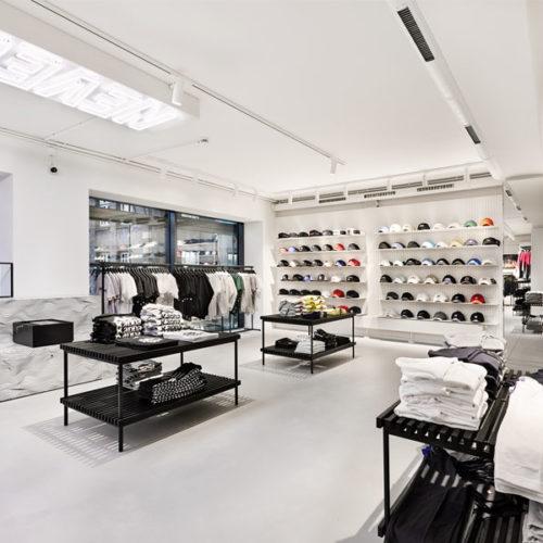 Ansonsten erhielt der runderneuerte Store einen cleanen, sehr aufgeräumten und hellen Look in Schwarz und Weiß, der in Kontrast zu den bisherigen Interior-Konzepten der Kickz-Läden steht. (Foto: Kickz)