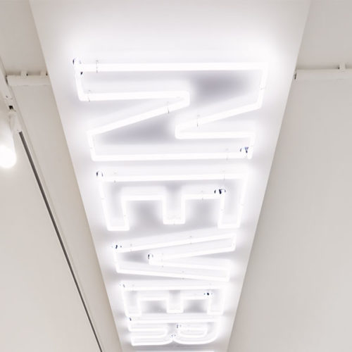 """Raffinierte Licht-Elemente an den Decken sorgen für Hingucker, darunter der leuchtende Schriftzug, ein Appell an die Basketball-Community: """"Never Not Ballin'"""". (Foto: Kickz)"""