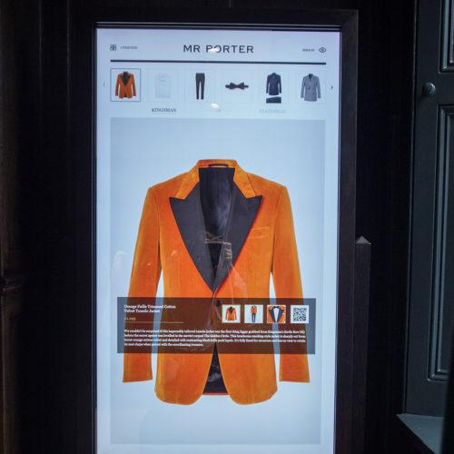 Ein digitaler Spiegel ermöglicht Zugriff auf den Webshop und empfiehlt Kunden komplette Outfits.
