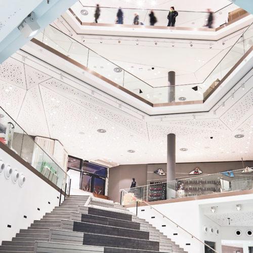Die polygonale Architektur schafft Spannung und gewährt immer neue Ein- und Ausblicke.