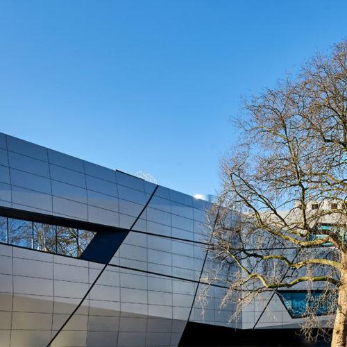 Fassade aus unsichtbar befestigten Aluminium-Paneelen