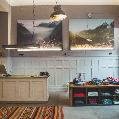 ...große Naturmotive an den Wänden, Webteppiche...