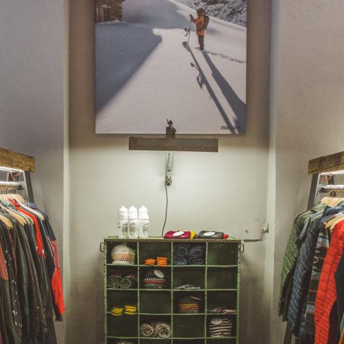Charakteristisch für den Store: Vintage-Details und viel Altholz