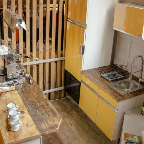 Neben der gemütlichen Sofa-Ecke: eine kleine Vintage-Küche