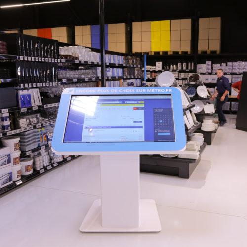 """""""Virtueller Showroom"""": Via Touch-Bildschirm erfolgt der Zugriff auf das komplette Sortiment. (Foto: Metro Cash & Carry France)"""