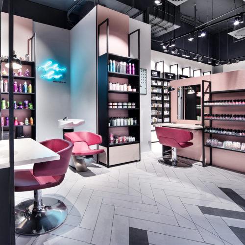 """60er Jahre-Feeling in der """"Blow Bar"""": Leuchtlogos und rosafarbene Tapeten"""
