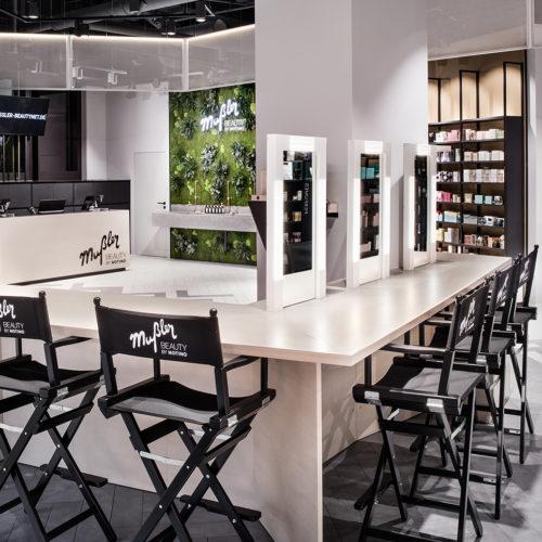Eignet sich für Events, Workshops und für Produkttests: Café-Bar mit Lounge und Schminkspiegel