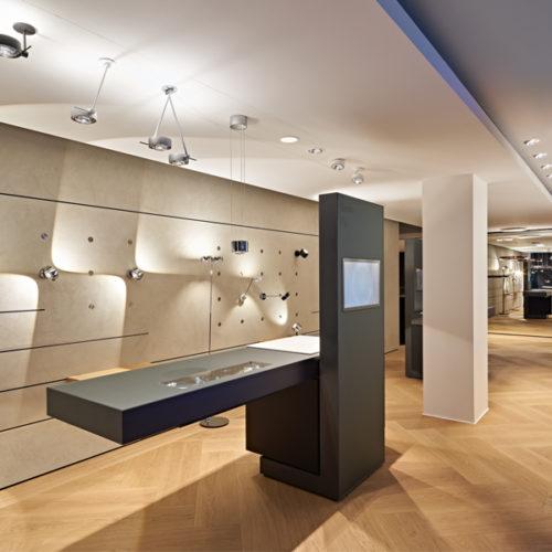 """Im puristisch weiß gehaltenen """"Light Space"""" im Untergeschoss kann der Kunde die Wirkung von Licht und Lichtqualität im Raum testen und nach persönlichen Vorlieben eine individuelle Lichtatmosphäre kreieren. Das multifunktionale Showroom-Konzept wurde gemeinsam mit dem Architekturbüro einszu33 umgesetzt. (Foto: Occhio/Robert Sprang)"""
