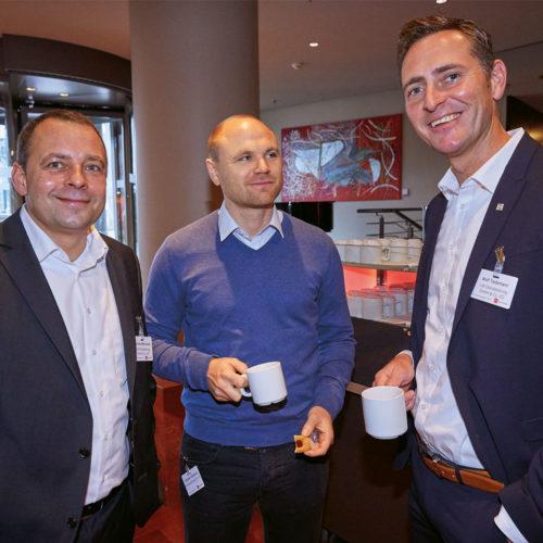 Thomas Mierschalla und Wolf Tiedemann (beide Lidl Dienstleistung GmbH) nehmen Benjamin Steinhorst (Kaufland Stiftung) in die Mitte