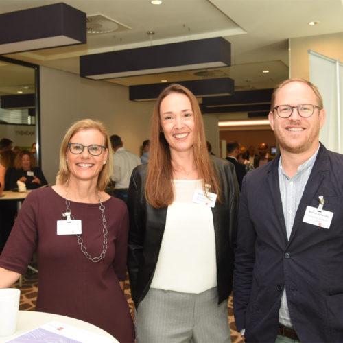 Freudiges Netzwerken: Bettina Zimmermann (Ganter Interior GmbH), Astrid Schuderer (Media Markt Saturn Marketing GmbH) und Markus Schwitzke (Schwitzke Graphics GmbH)
