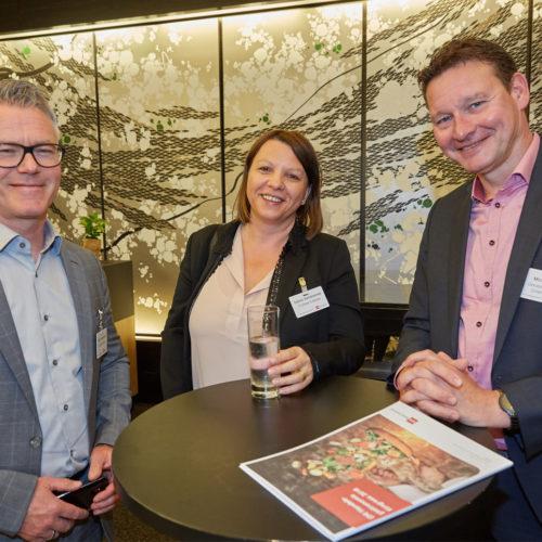 Zufriedene Teilnehmer: Oliver und Sabine Steinbrunner (E-Center Culinara) mit Michael Kauertz (Gerolsteiner Brunnen)
