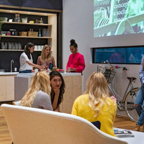 Der Showroom dient als Raum der Zusammenkunft. (Foto: Dalziel & Pow)