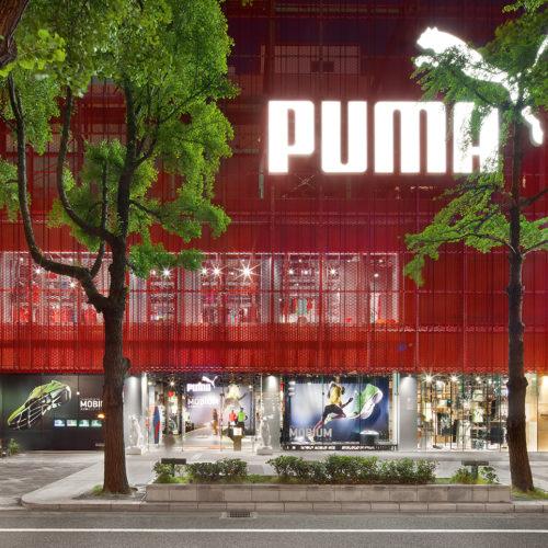 Puma-Store in Osaka: Die Fassade aus Streckmetall lässt viel Tageslicht in den Store, nachts strahlt das Licht aus dem Store heraus und macht neugierig. (Foto: Plajer & Franz)