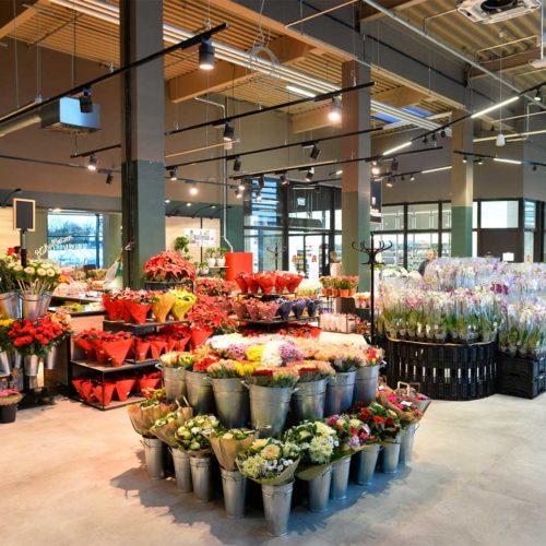 Im Außenbereich befindet sich u.a. ein Blumenladen. (Foto: Real SB-Warenhaus)