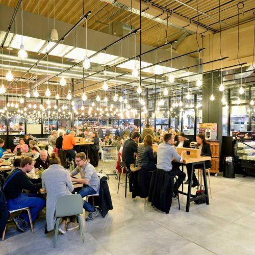 Die Piazza im Mittelpunkt der Genussstationen soll Kunden zum Verweilen einladen. (Foto: Real SB-Warenhaus)