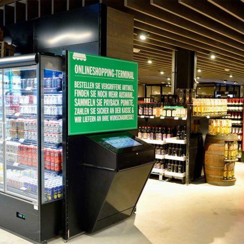 Als digitale Regalverlängerung kommen Onlineshopping-Terminals zum Einsatz, an denen sich Kunden die Ware in den Markt oder nach Hause liefern lassen können. (Foto: Real SB-Warenhaus)