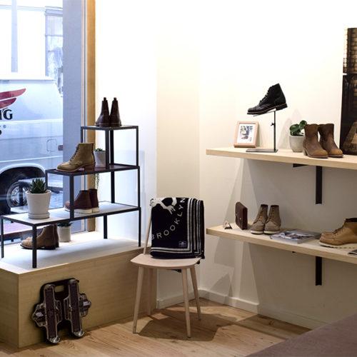 """Nach einer 50-jährigen """"Pause"""" griff das Unternehmen erst 2016 die Produktion von Damenschuhen wieder auf. Die Schuhe werden in traditionellen Herstellungsverfahren in mehr als 230 Arbeitsschritten handgefertigt. Neben den Schuhen sind im Store auch ausgewählte Produkte anderer Hersteller im Sortiment zu finden. (Foto: Max Schwarzmann)"""