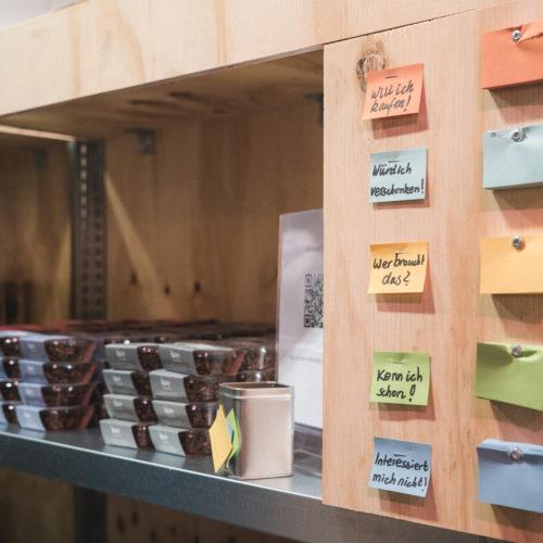 Mit einem farbigen Zettel fällen Konsumenten ihr Urteil über die einzelnen Produkte. (Foto: Million Motions)