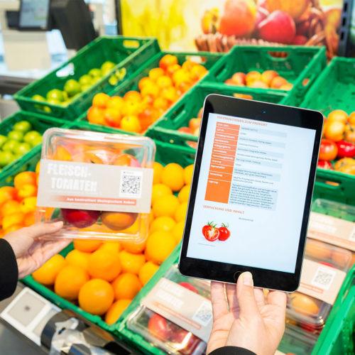 """Über das Tablet erhält der Besucher im fiktiven Shop """"The Shop"""" Produktinformationen, Allergiehinweise und die Möglichkeit, fehlende Produkte nachzubestellen. (Foto: GS1)"""
