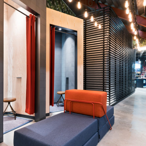 Farbenfroh gestaltete Umkleidekabinen verleihen wohnliches Flair.