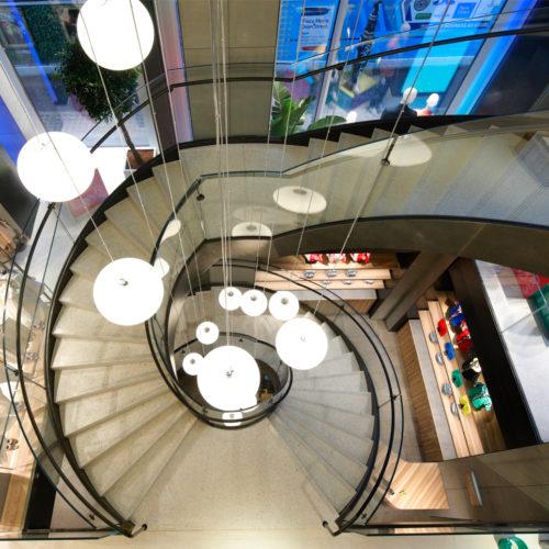 """Eine """"Loop""""-Treppe verbindet alle Etagen miteinander."""