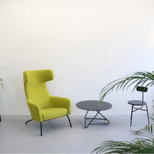 Pflanzen und farbige Möbel setzen Akzente.