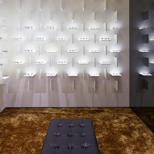 Im Store von Bolon Eyewear in Shanghai entstehen durch spezielle Beleuchtung interessante, fotografierenswerte Effekte, zum Beispiel auch in der Deckengestaltung. (Foto: Ippolito Fleitz)