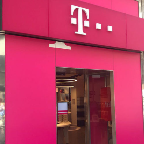 Das Konzept des Stores entwickelte Art 1st aus Budapest, die Umsetzung übernahm der Architekt Walter Brada aus Wien. Die Einrichtung stammt von M+B aus Karlsruhe, von Multimedia Syncron aus Budapest und die HKLS-Technik von Siemens aus Wien. (Foto: T-Mobile)