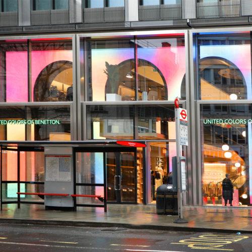 LED-Bögen mit interaktiven Inhalten setzen die Glasfassade in Szene.