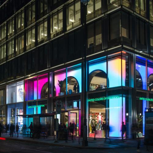 Auch bei Nacht ein Blickfang: Die illuminierte Schaufenster-Inszenierung.