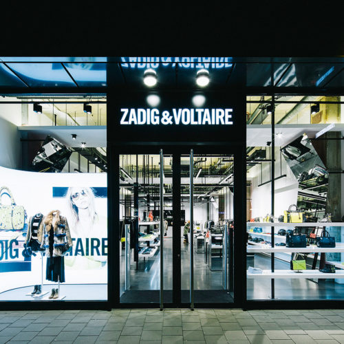 Zadig & Voltaire auf der Düsseldorfer Königsallee: Links geschlossen mit LED-Wand, rechts offen. (Foto: Schwitzke)
