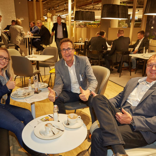 Die Kongress-Teilnehmer genießen das gemütliche Ambiente und frisch zubereitete Speisen bei Edeka Zurheide in Düsseldorf. (Foto: EHI/Axel Schulten)