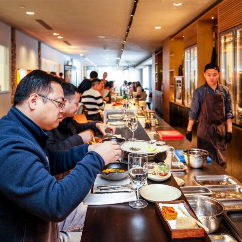 Die Food-Bar im Obergeschoss bietet mediterrane Küche. (Foto: Zwilling)